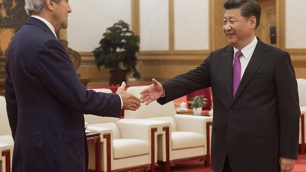 Bei vielen Themen noch weit auseinander: US-Aussenminister John Kerry (links) und der chinesische Staats-und Parteichef Xi Jinping in der Grossen Halle des Volkes in Peking.