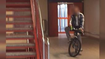 In Kaiseraugst verhaftet die Polizei einen marokkanischen Asylbewerber, der Schüler angesprochen und angefasst hat. Seinen Heimmitbewohnern ist er bereits früher negativ aufgefallen.