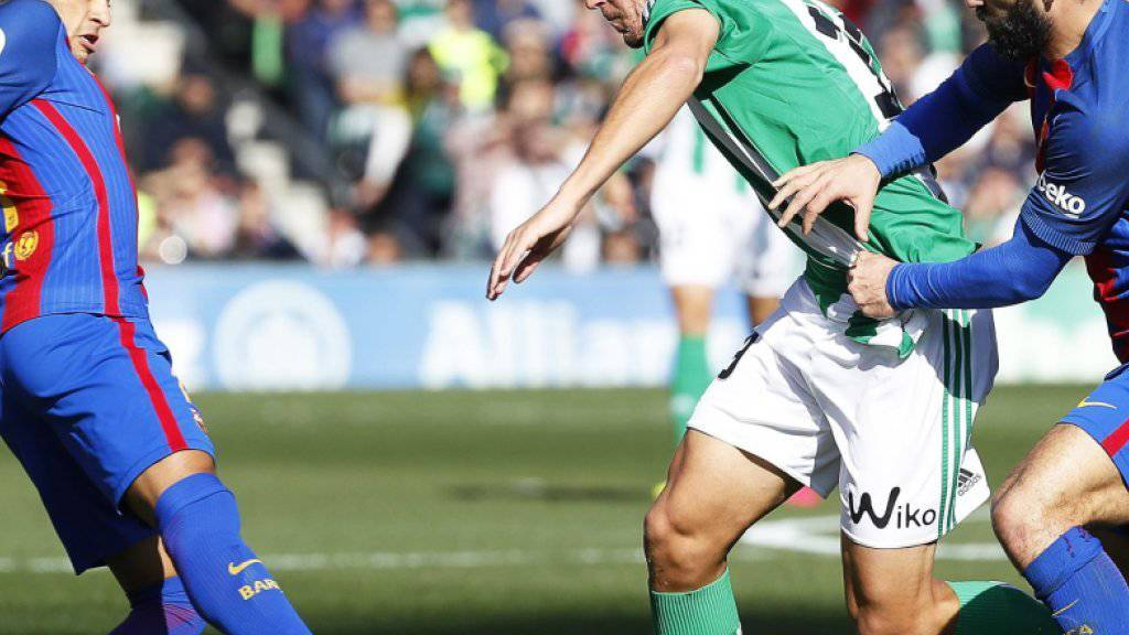 1:0-Torschütze Alex Alegria (Mitte) im Kampf gegen Barcelona Neymar (links) und Turan