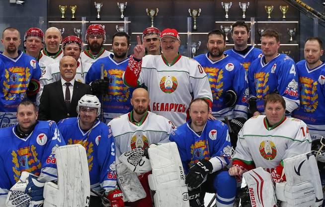 Am 4. April machte Lukaschenko (Mitte) noch an einem Eishockeyspiel mit. Das Virus sah er dort nicht.