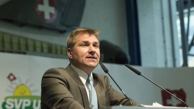 SVP-Parteipräsident Toni Brunner spricht an der DV in Meiringen