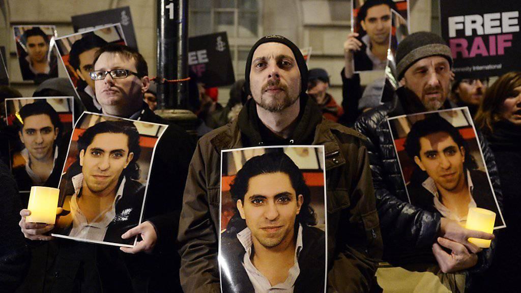 Demonstration für Raef Badawi in London: Das Urteil gegen den saudischen Blogger ist nach Aussagen von Staatssekretär Yves Rossier ausgesetzt worden. (Archivbild)