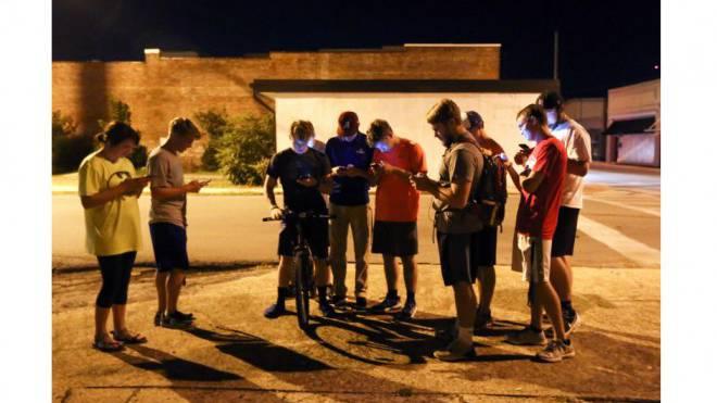 Teenager treffen sich zu «Pokemon Go» in Hartselle, Alabama. Doch treffen sie sich wirklich, oder stehen sie bloss da? Foto: Crystal Vander/ AP