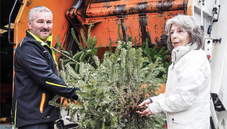 Willi Hauenstein nahm die Christbäume entgegen. Fotos: Hans Christof Wagner