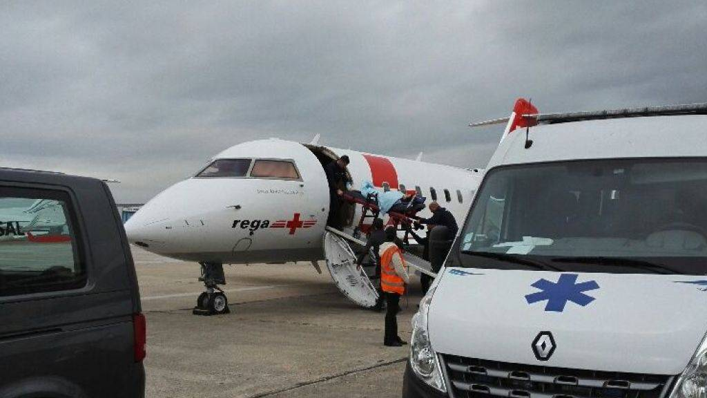 Die verletzte Schweizerin wird in das Rega-Flugzeug gebracht.