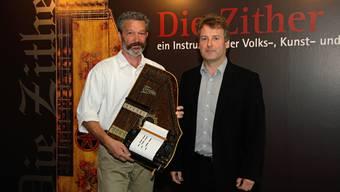 Ausstellungseröffnung in Seewen: Lorenz Mühlemann (l.) mit seiner mechanischen Zither und Museumsleiter Christoph Hänggi.