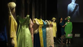 Blick in die Buckingham-Ausstellung mit 150 Kleidern der Queen aus 90 Jahren.
