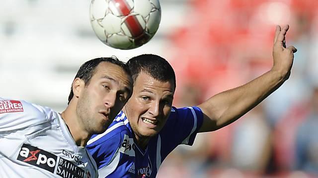 Dragan Mrdja (l.) vom FC Sion im Duell mit Lausannes Guillaume Katz