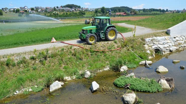 Wenn der Pegel der kleinen Gewässer, hier die Bünz bei Wohlen, zu niedrig ist, wird die Wasserentnahme verboten.