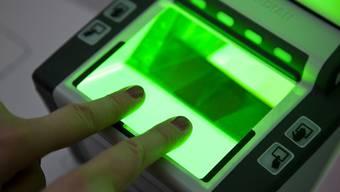 Auf Personalausweisen der EU-Länder sollen künftig maschinenlesbare Fingerabdrücke gespeichert sein. Darauf haben sich Vertreter des Europaparlaments und der EU-Staaten vorläufig geeinigt.