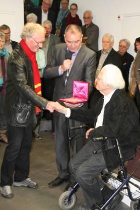 Hannes Burger, Stadtammann Herbert Weiss und Erwin Rehmann (v.l.) mit der Goldmedaille aus Rom.