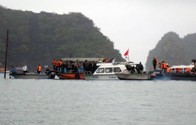 Rettungskräfte evakuieren die Schiffbrüchigen