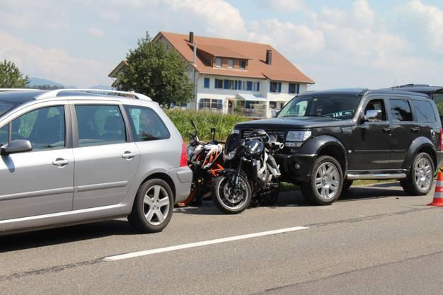 Beim Auffahren wurden die Motorräder in den davor stehenden Wagen gestossen.