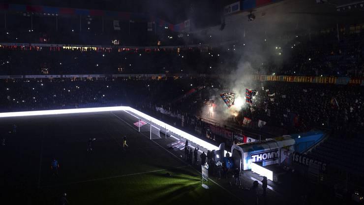 Es ist Samstag, der 3. März. Der FC Basel empfängt den FC Zürich. Es ist mehr als nur der gewöhnliche Klassiker. Der FCB ist in der Krise. Der FCZ hat kurz zuvor seinen Trainer gewechselt. Es geht um viel in dieser Partie. Doch dann plötzlich: Licht aus. Kein Strom. Kein Spiel. Der Abend ist irgendwie sinnbildlich für die Saison der Basler. Vieles geht schief, angefangen beim plötzlichen Rücktritt von Captain Delgado, über die verunglückte Transferpolitik im Winter, bis zu verschossenen Elfmetern zur Unzeit und eben: Spielverschiebung wegen Stromausfall. Am Ende ist ein Isolationsschaden auf einer Stromschiene Schuld. Der FCB kommt um eine Forfait-Niederlage herum. Allerdings erholt er sich von der winterlichen Krise nicht mehr und bleibt erstmals seit 2009 ohne Titel.