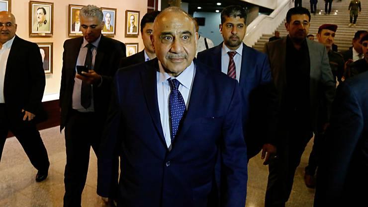 """157 Menschen wurden bei den Protesten im Irak Anfang Oktober getötet. Die Regierung von Premier Adel Abdel Mahdi (M) kündigte die Ablösung mehrerer Befehlshaber der Sicherheitskräfte an. Laut einer Untersuchung schossen damals auch nicht identifizierte """"Schützen"""" von den Dächern. (Archiv)"""