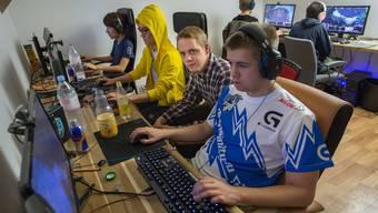 In Kirchlindach lassen Gamer ihre Finger über die Tastaturen flitzen – hier Jung Ji Hoon, Son Sukhee, Vorstandsmitglied Remo Blaser und Stefan Mott (v.l.)