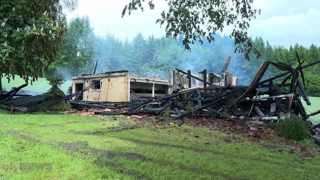 Bauernhaus in Wahlendorf nach Blitzeinschlag niedergebrannt