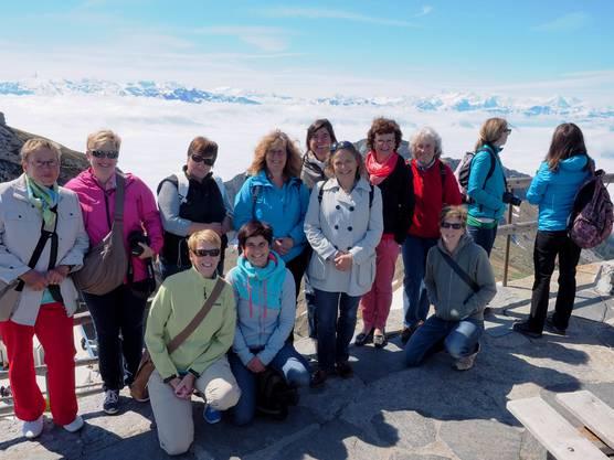 Eine kleine Gruppe posiert vor dem tollen Panorama