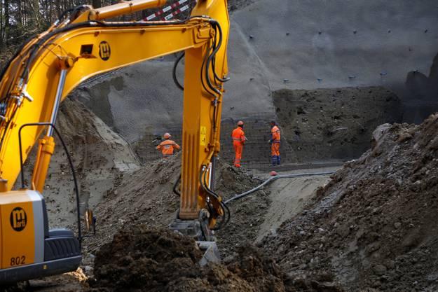 Nachdem der Aushub fertiggestellt ist, muss das Fundament für die Masten errichtet werden.