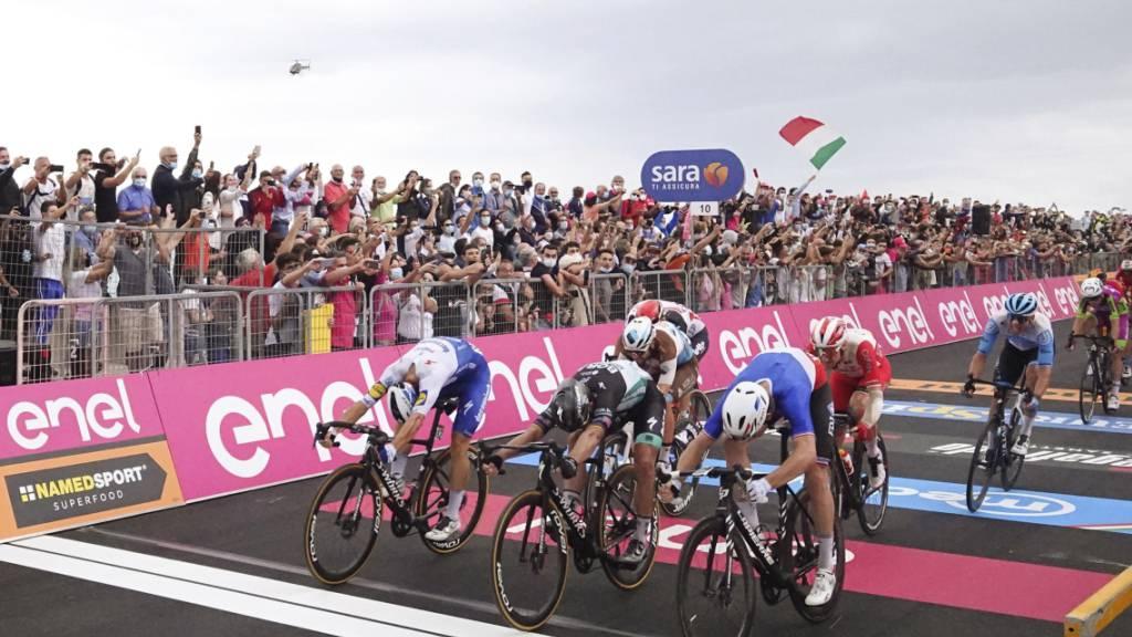 Die Entscheidung: Arnaud Démare (rechts) überquert die Ziellinie vor Peter Sagan (Mitte) und Davide Ballerini (links)