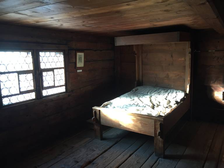 Das ganze Haus ist relativ düster, da es nicht viele Fenster hat. Fenster konnte man früher nicht so gut isolieren (Bild: FM1Today. / Dario Cantieni)