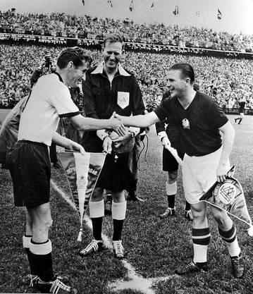 Die Captains tauschen die Wimpel aus - noch ist Ferenc Puskas zuversichtlich.