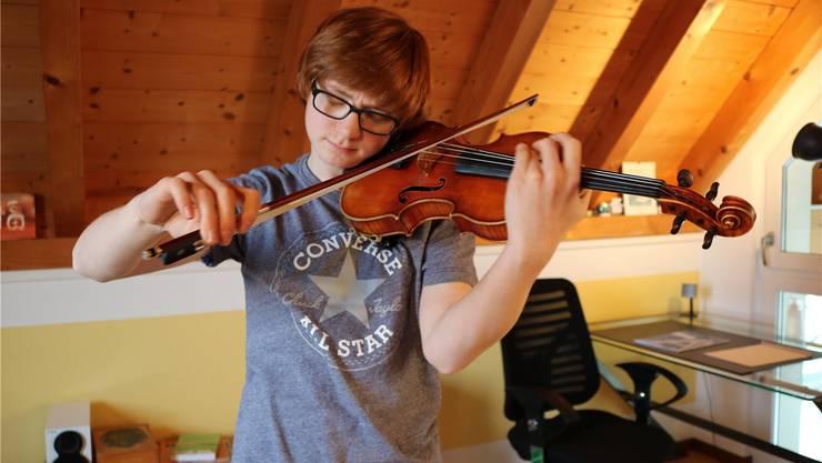 Silvan Dezini versinkt beim Geigespielen in eine eigene Welt – früher fand er unter seinen Mitschülern wenig Verständnis.