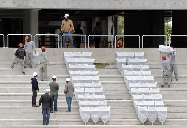 Noch immer fehlen in einigen Stadien die Sitze