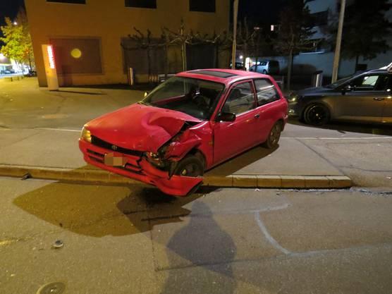 Sins AG, 13. November: Weil eine Automobilistin die Kurve schnitt, kam es zur Kollision mit einem korrekt entgegenkommenden Auto. Dabei wurde ein Lenker leicht verletzt.