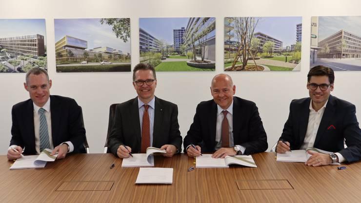 Unterzeichnung des Mietvertrags: von links: François Bernath (Alfred Müller AG), Christoph Müller (Verwaltungsratspräsident Alfred Müller AG), Morten Hannesbo (CEO Amag), Valentin Müller (Leiter Amag Immobilien).