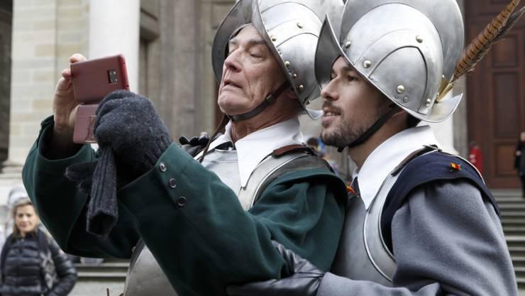 Moderne und Tradition: 800 Personen beteiligen sich in historischen Kostümen am Umzug durch die Stadt Genf. (Archivbild)