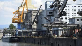 Zur guten Rechnung beigetragen haben Mehreinnahmen bei der Arealbewirtschaftung und höhere Hafenabgaben. Im Bild: Rheinhafen Basel. (Archiv)