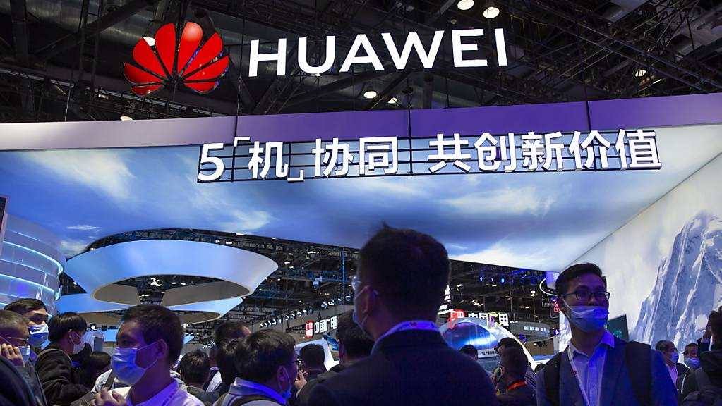 Die britische Regierung will jene Firmen büssen, die trotz Verbot Komponenten des chinesischen Anbieters Huawei bei der 5G-Telekom-Infrastruktur einsetzen. (Archivbild)