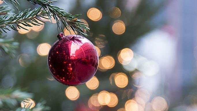 Woher kommt die Tradition der Tanne und der Christbaumkugeln?