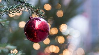 In der humanistischen Bibliothek in Sélestat im Elsass liegt die älteste Quelle, die belegt, dass 1521 dekorierte Tannenbäume in Privathäusern aufgehängt wurden. Warum wir das wissen? Weil Professeur Sappinus es uns sagt. Philippe Rauel schlüpft seit 10 Jahren in die Rolle des von ihm kreierten Christbaumexperten, um die Geschichte rund um den Weihnachtsbaum zu übermitteln.