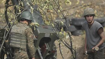 Armenische Soldaten feuern an der Front eine Artilleriewaffe ab. Im blutigen Konflikt um die Südkaukasusregion Berg-Karabach steigt ungeachtet des Ringens um eine Waffenruhe die Zahl der Toten massiv. Foto: Sipan Gyulumyan/Armenian Defense Ministry Press office/PAN Photo/AP/dpa