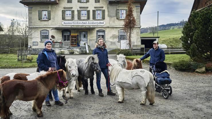 Julia Müller, Dominique Rippmann und Michael Müller (Töchterchen Luisa im Wagen) mit ihren Ponyhelden in Winterschwil.
