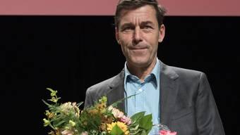 """Der Schweizer Schriftsteller Peter Stamm erhaelt fuer sein Buch """"Die sanfte Gleichgueltigkeit der Welt"""" den Schweizer Buchpreis, am Sonntag, 11. November 2018, im Foyer des Theater Basel. (KEYSTONE/Peter Schneider)"""