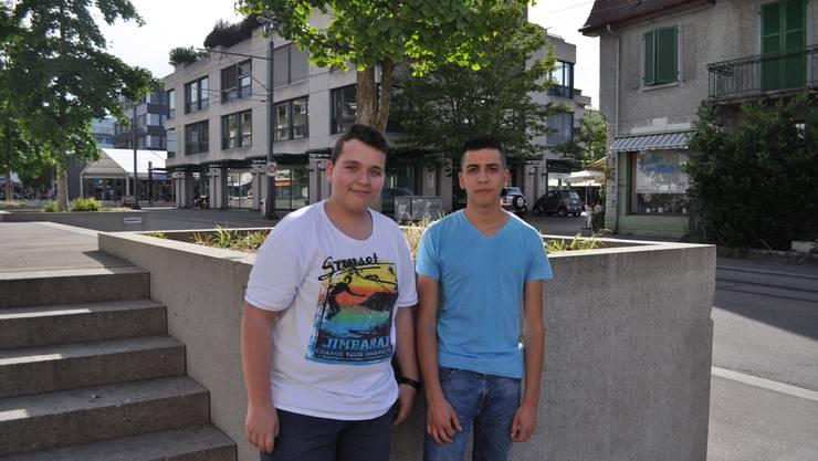 Die beiden Schüler aus Dietikon sind happy: «Ich bin sehr froh, dass es nun Sommer ist. Jetzt kann man an den See in Zürich oder hier in Dietikon in ein Café sitzen. An der Limmat ist es auch sehr schön», so Pablo. Und Eduard ergänzt: «Ich finde das warme Wetter auch total super, es war ja lange genug kalt dieses Jahr.»