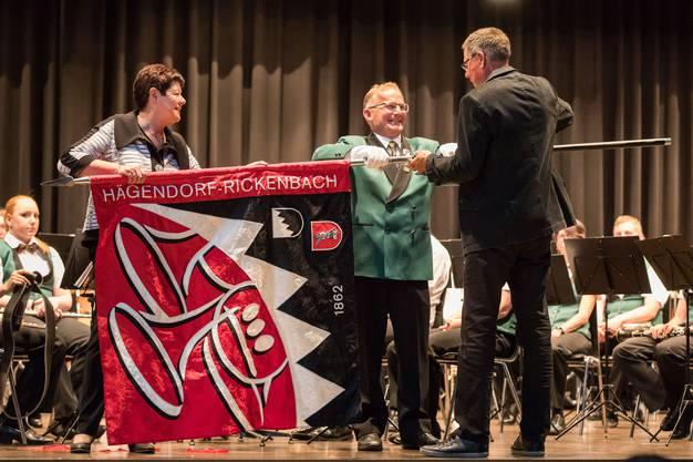 Der Fähndrich Urs Hänggi (Mitte) übernimmt die Fahne von den beiden Paten Christine Cordier (links) und Pius Müller (rechts).