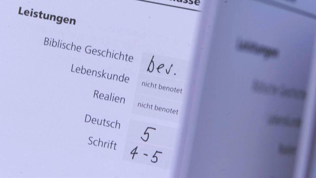 Im Kanton Schwyz werden die Zeugnisse an der Volksschule angepasst. (Symbolbild)
