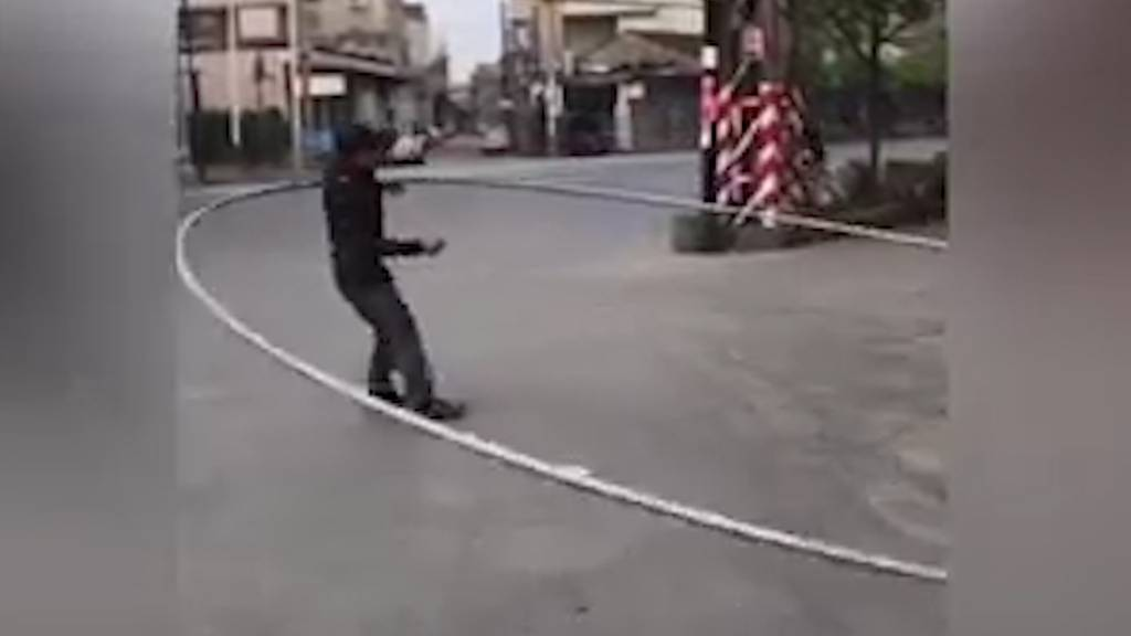 Chinese trainiert mit riesigem Hula Hoop-Reifen