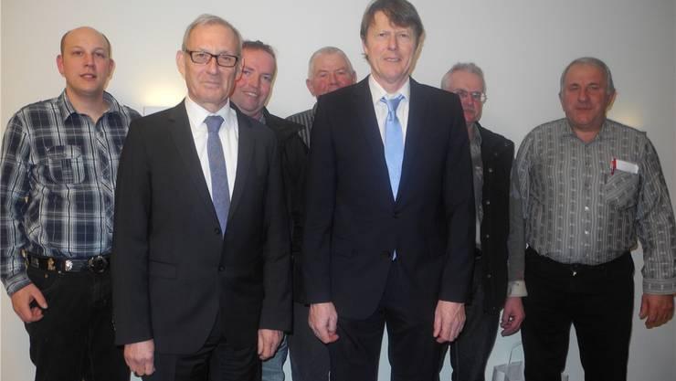 Die beiden Referenten Carlo Schmid (links) und Rolf Nützi (rechts) und der wiedergewählte Vorstand des Solothurner Viehhändlerverbandes standen im Fokus der 98. Generalversammlung in Balsthal.