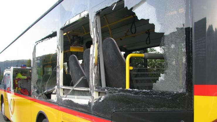 Am Postauto und am LAstwagen entstand beträchtlicher Sachschaden