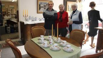 Gerard Drees, Alice Dürig und Greti Kocher (von links) präsentieren ausgewählte Secondhand-Ware. atg