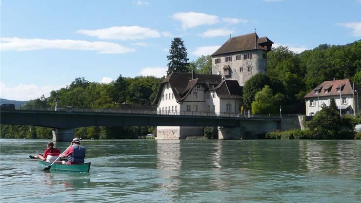Dieses Foto ziert die Frontseite des Burgen-Flyers: Der Rhein bei Kaiserstuhl mit Schloss Rötteln. ZVG