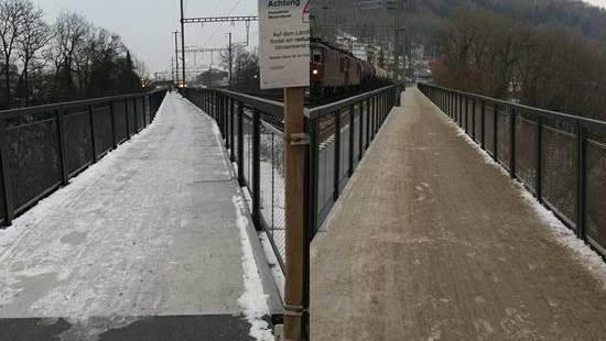 Links: Wochenlang war der Weg vereist. Rechts: Nach mehreren Stürzen hat der Wettinger Werkhof Sand gestreut.