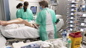 Im Kanton Zürich sind vier weitere Personen an einer Infektion mit dem Coronavirus gestorben. Im Bild ein Covid-19-Patient auf einer Intensivstation. (Archivbild)