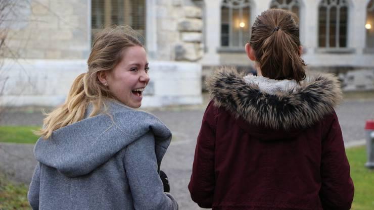 Yasmine (links) könnte sich durchaus vorstellen, später einmal beim Radio zu arbeiten. Und auch Noémie freut sich über die ersten Erfahrungen bei Radio Argovia.