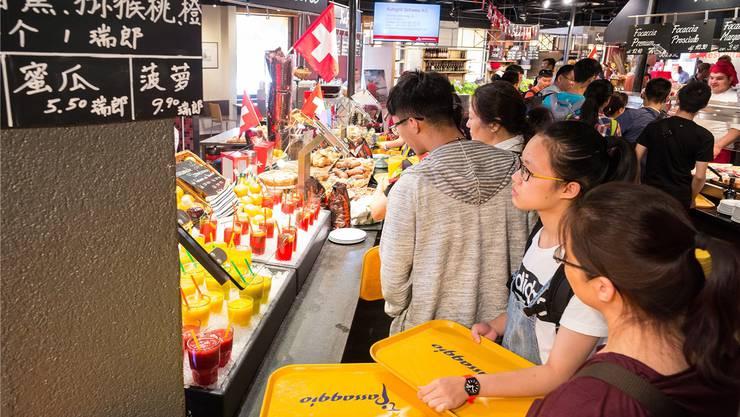 Frisch gepresster Orangensaft, beworben auf Mandarin: Autogrill Pratteln macht sich bei Reisegruppen aus Asien beliebt.